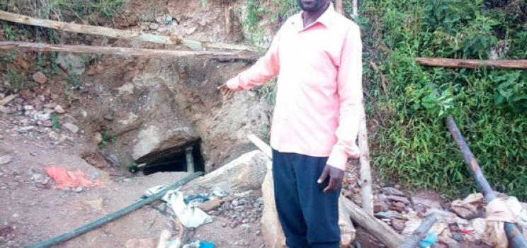 Two remain trapped in gold pit five days later